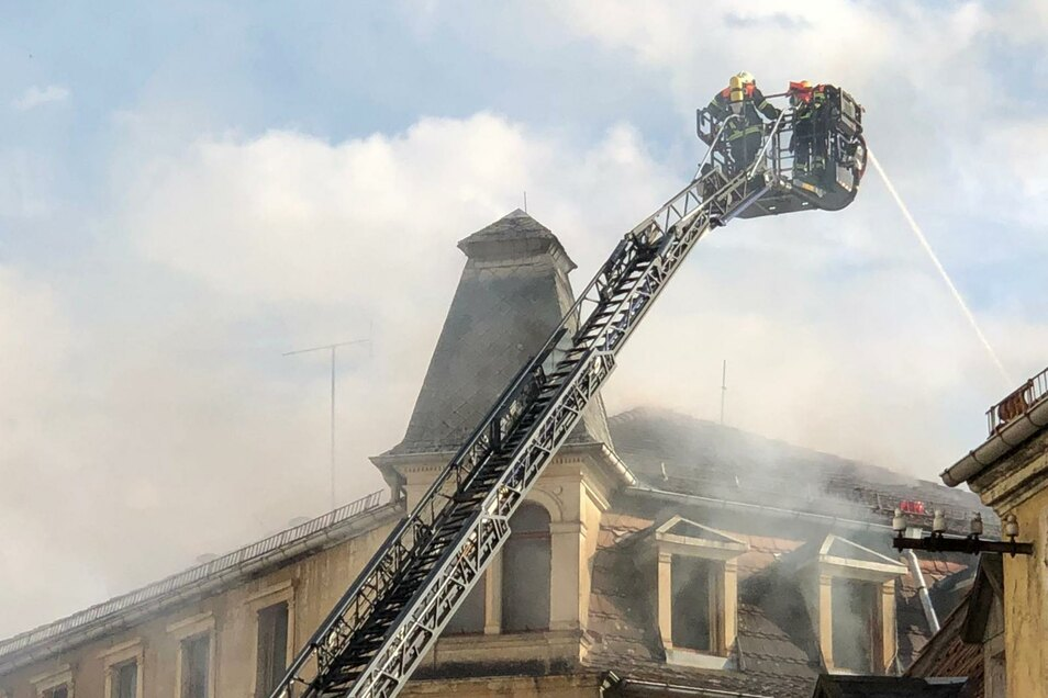 Am Mittwochabend waren zahlreiche Feuerwehrleute zum Brand am Theaterplatz ausgerückt.