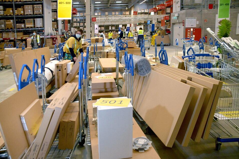 Hunderte Wagen wurden bei Ikea gepackt und stehen jetzt zur Abholung bereit.