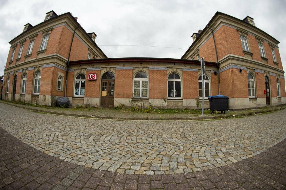 Das Bahnhofsgebäude in Coswig soll im Inneren umgebaut werden. Geplant sind darin Tagespflegeplätze und Seniorenwohnungen.