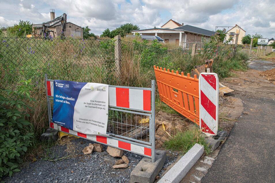 Der Ausbau der Kreisstraße in Zabeltitz läuft bis November. Hier wird auch das letzte Stück Breitbandkabel der Stadt verlegt.