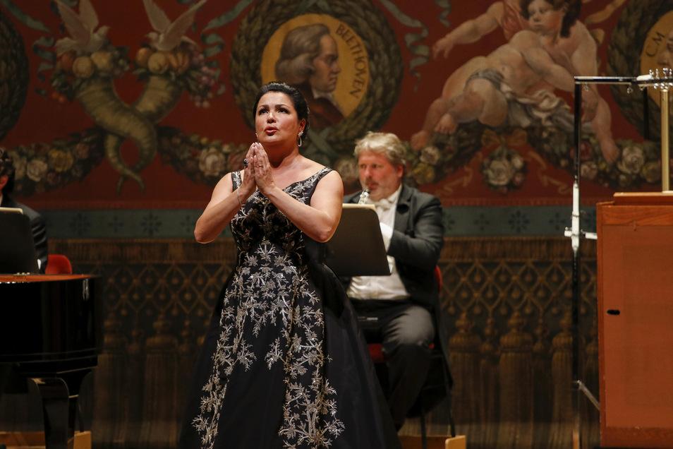 Erst musizierten sie gemeinsam, beim Beifall warfen sie sich gegenseitig Kusshände der Anerkennung zu: Sopranistin Anna Netrebko und Staatskapellen-oboist Sebastian Römisch.
