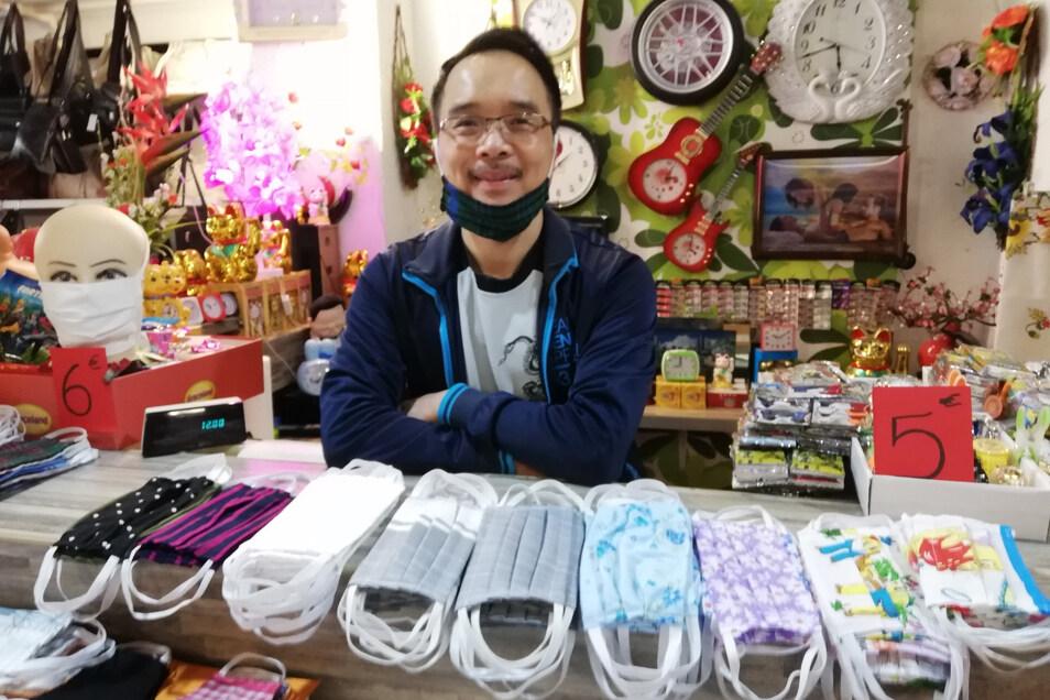 Nhat Nguyen ist Inhaber eines Geschäftes für Asia-Mode in Görlitz. Er verkauft jetzt auch Mund-Nase-Abdeckungen. Nur fürs Foto hat er seine eigene Maske kurz gelüftet.