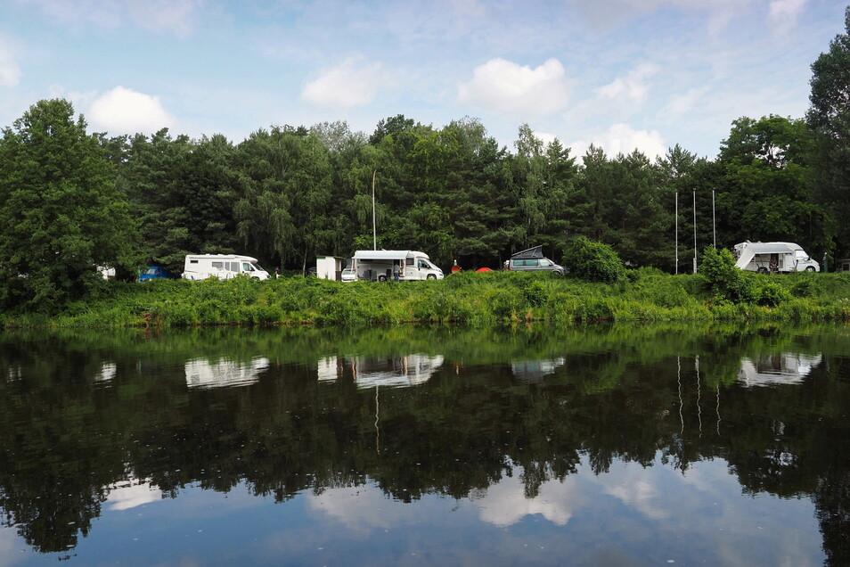 Wohnmobile stehen am Ufer des Teltow-Kanals auf dem Campingplatz Hotel- und Citycamping Süd.