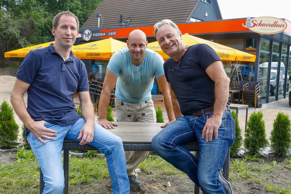 Marko Burkhardt, Danny Löffler und Wicky Löffler (v.l.n.r.) vor der neuen Schwerdtner-Filiale in Zittau.