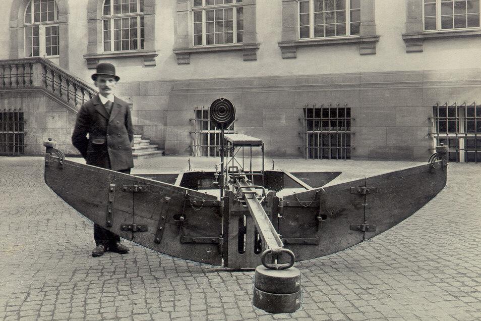 Hier wird ein Reinigungswagen für die beiden großen Dresdner Abfangkanäle präsentiert. Konstruiert wurde diese Technik 1905 von Adolf Börner. Sie hat sich im jahrzehntelangen Einsatz in Dresdens Unterwelt bewährt.