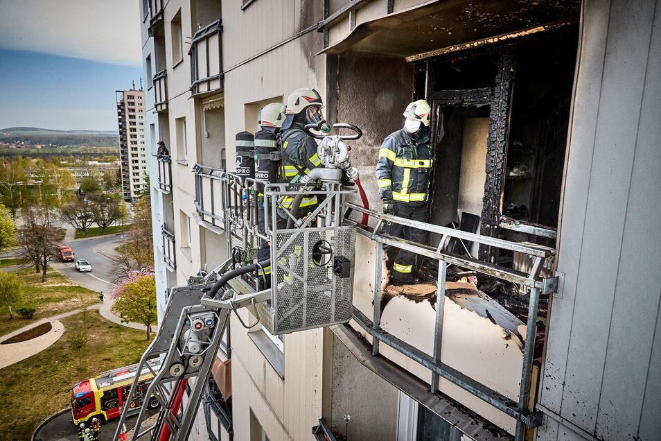Mit der Drehleiter erreichten die Feuerwehr-Kameraden den Balkon von außen.