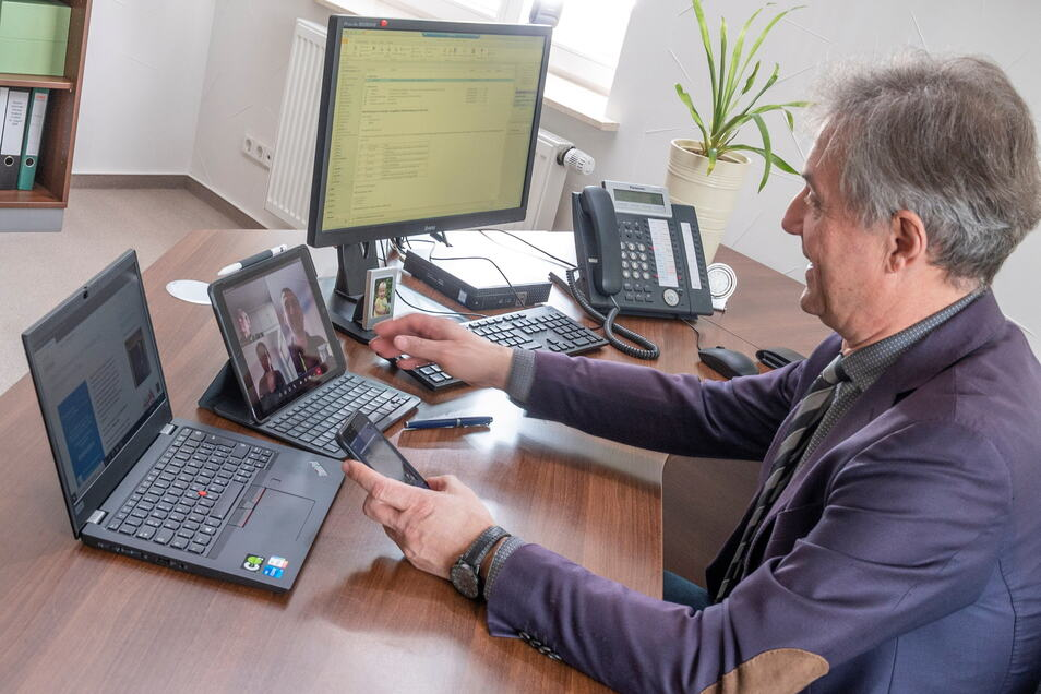 Der Gröditzer Bürgermeister Jochen Reinicke ist ein Technikfreak. Drei Monitore und ein Handy - damit kann er mit entsprechender Software wichtige Beratungen auch vom Schreibtisch aus per Videokonferenz leiten.