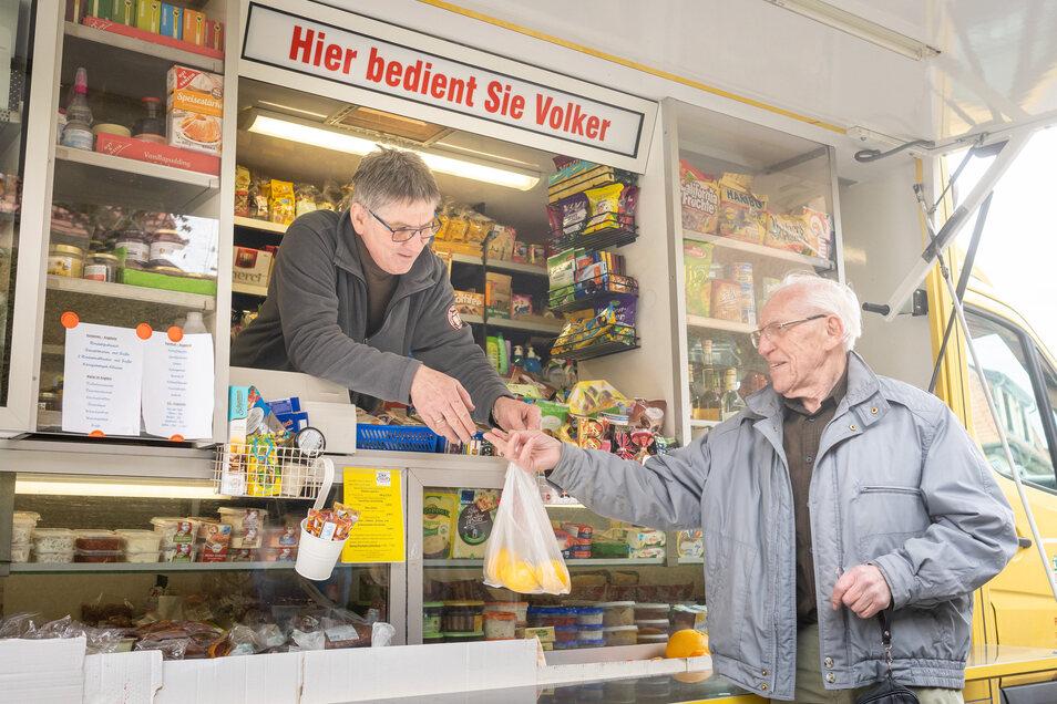 Hans-Jörg Schmidt ist Stammkunde bei Volker Elmhorst. Der 90-Jährige hat keine Angst vor Corona. Er hat als Teenager die letzten Kriegstage 1945 erlebt, als alles zusammenbrach.