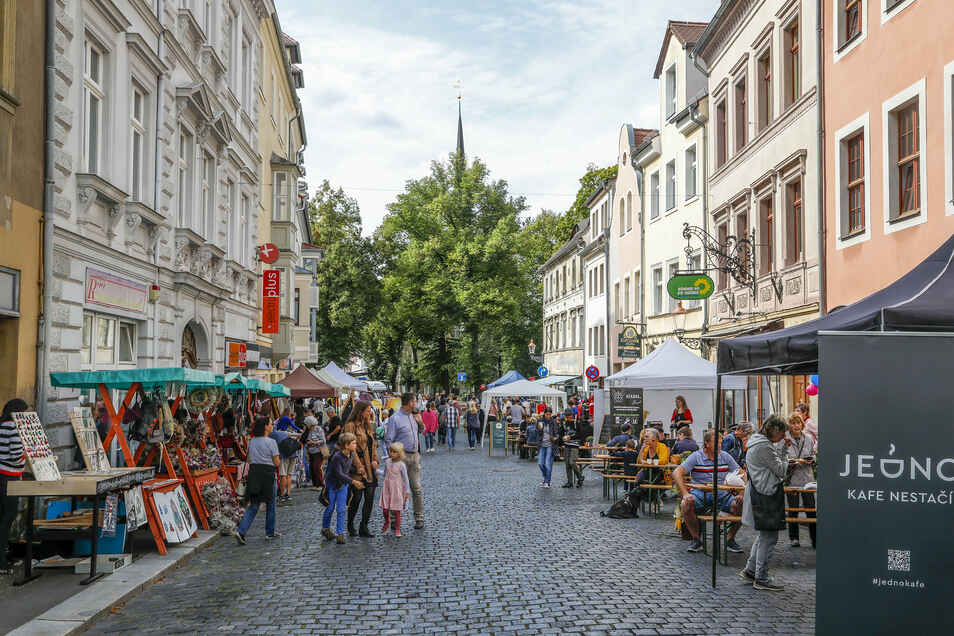 """Wenn es nach den Verfassern der Studie """"Zittau MitteWest"""" geht, sollte die Innere Weberstraße immer so belebt sein wie beim Tag des offenen Denkmals im September."""
