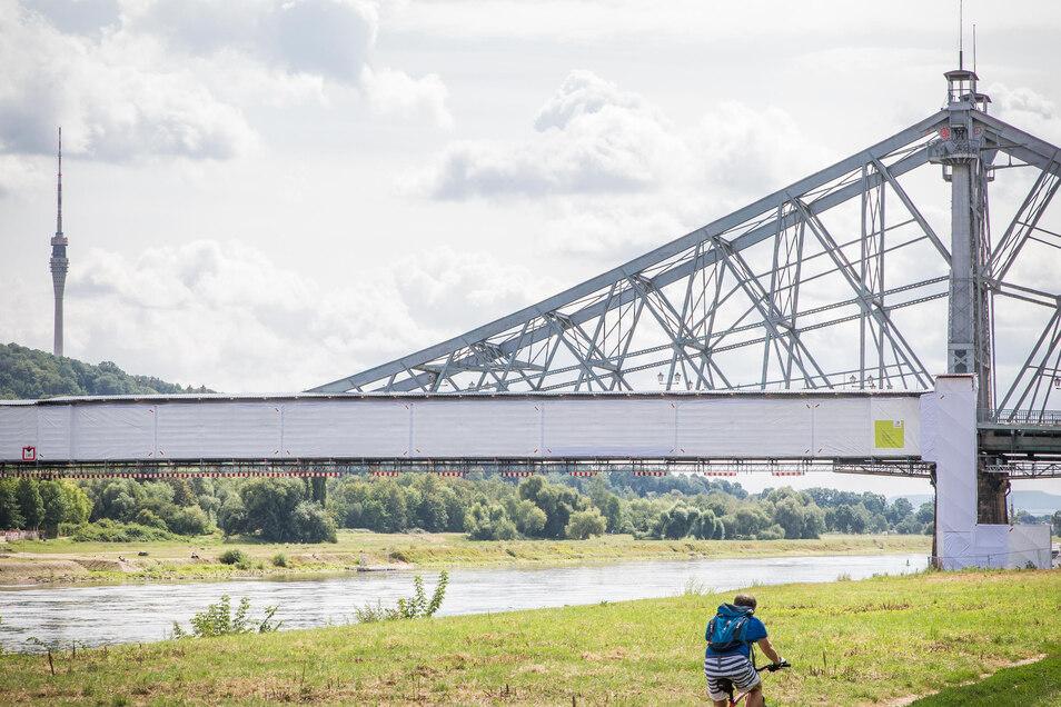 Unter der schützenden Hülle wird der Brückenfußweg saniert.