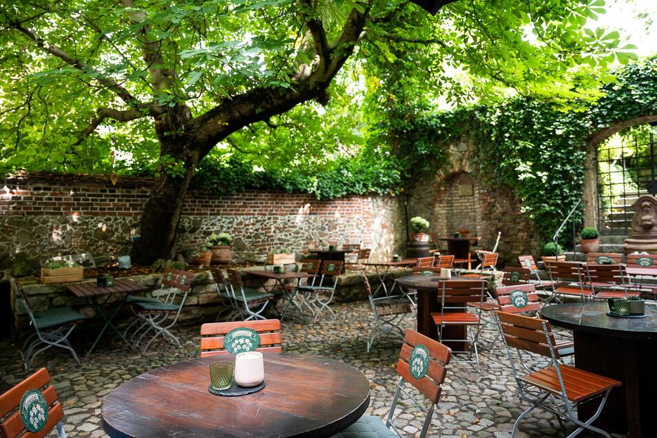 Im schattigen Biergarten können die Gäste unter Kastanien speisen und verweilen. Früher war das ein Brauhof. Später gab es auch ein Freilichttheater.