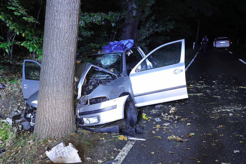 Dieser Skoda Octavia ist nach einem Ausweichmanöver gegen einen Baum geprallt. Der Fahrer wurde schwer verletzt.