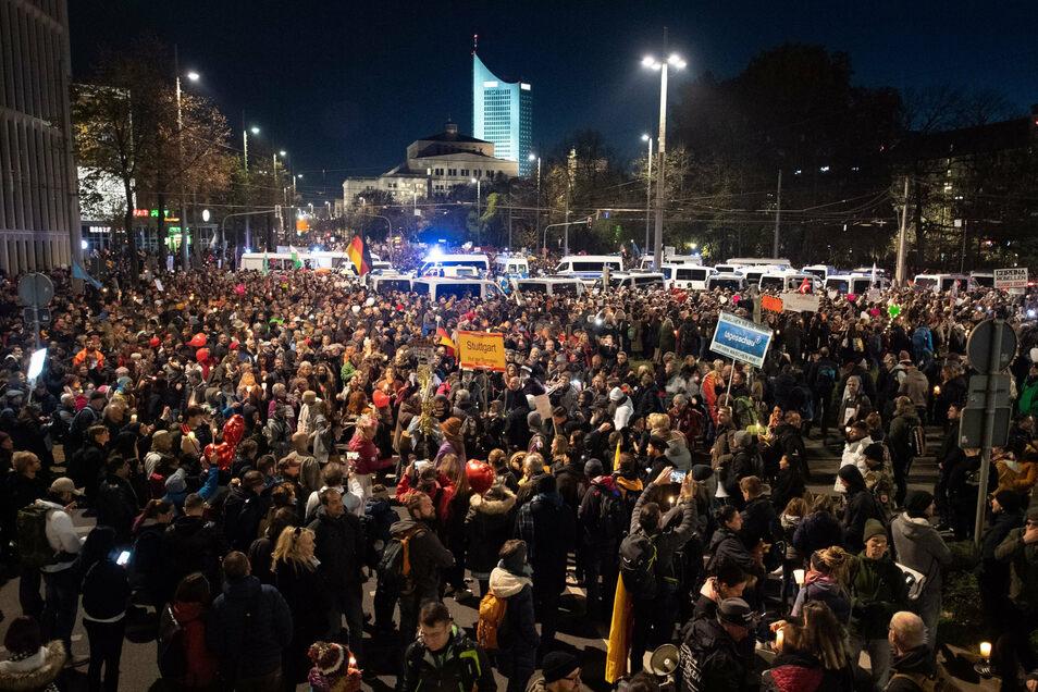 Tausende hatten am Samstag unter den Augen der Polizei in Leipzig gegen die Auflagen der Versammlung verstoßen.
