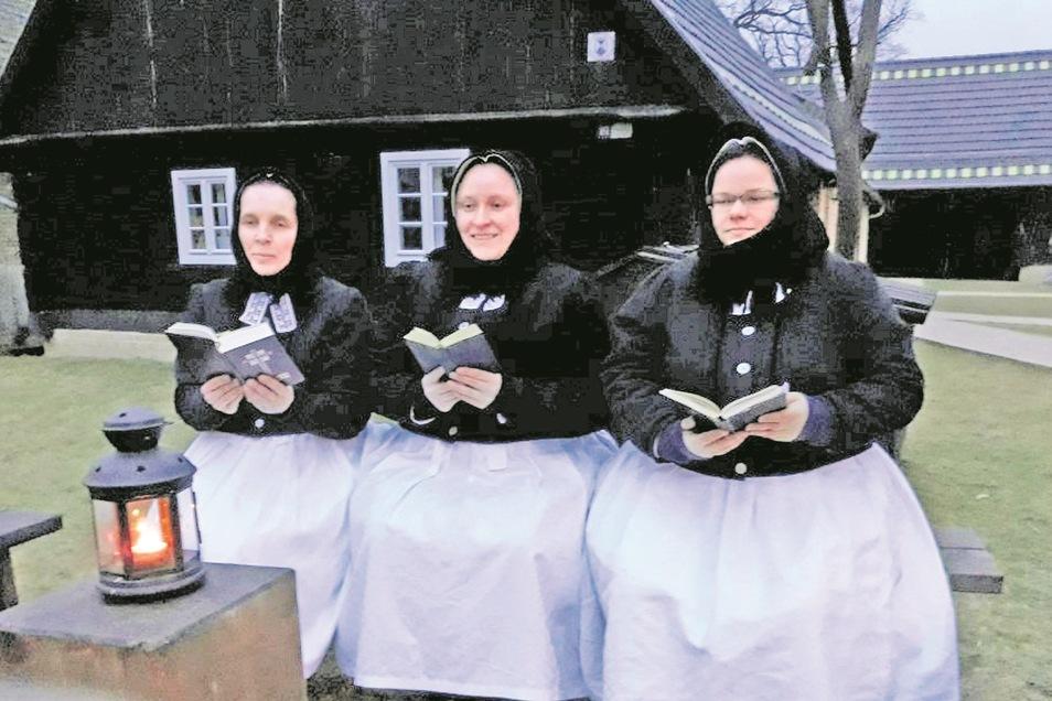 In Rohne pflegen drei Frauen den Brauch des Ostersingens. Marita Kavelmann, Doreen Nowusch und Stephanie Bierholdt (v. li.) verdie Botschaft der Auferstehung Jesu Christi. Das Foto von 2019 zeigt sie auf den Singebänken im Njepila-Hof.