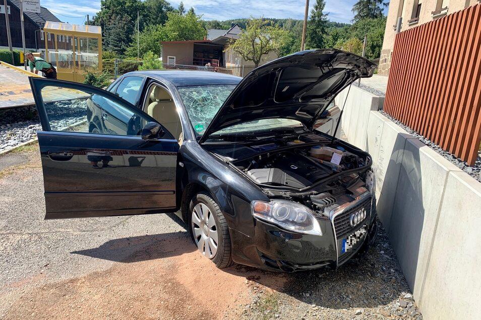 Der Audi A4 krachte frontal in die Mauer. Die Fahrerin wurde vorsorglich ins Krankenhaus gebracht.