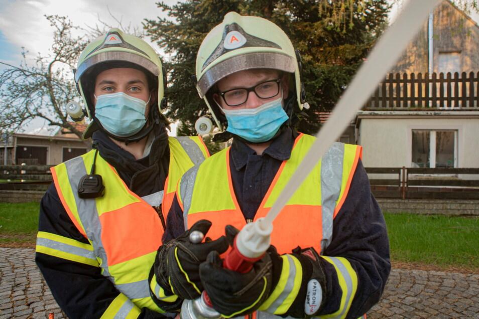 Tim Fanselow (l.) und Leon Schmidt haben das Strahlrohr fest im Griff. Sie wollen auch in Zukunft gern bei der Feuerwehr Kriepitz mitmachen. Doch deren Zukunft steht zur Debatte.