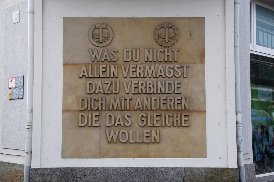 Der Spruch bekam am 23. September 1976 eine besondere Bedeutung. Ein ARD-Korrespondent interviewte vor der Tafel ausreisewillige Riesaer. Das ARD-Interview ist auch in der Dauerausstellung des Riesaer Stadtmuseums zu sehen.