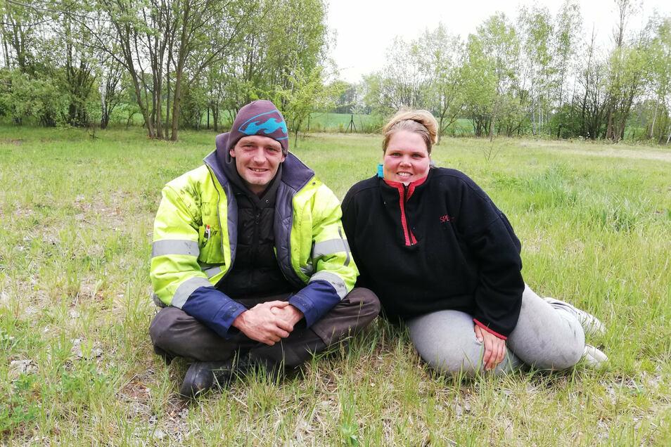 Pierre Albrecht und Lebenspartnerin Manuela Hampel planen einen Camping- und Stellplatz für Wohnmobile am Kalkwerkssee in Ludwigsdorf.