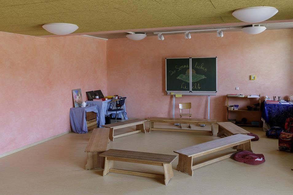 Alle Räume haben verschiedene Farben bekommen, die zum Alter der Schüler passen. Hier der Bewegungsraum der Unterstufenklassen.
