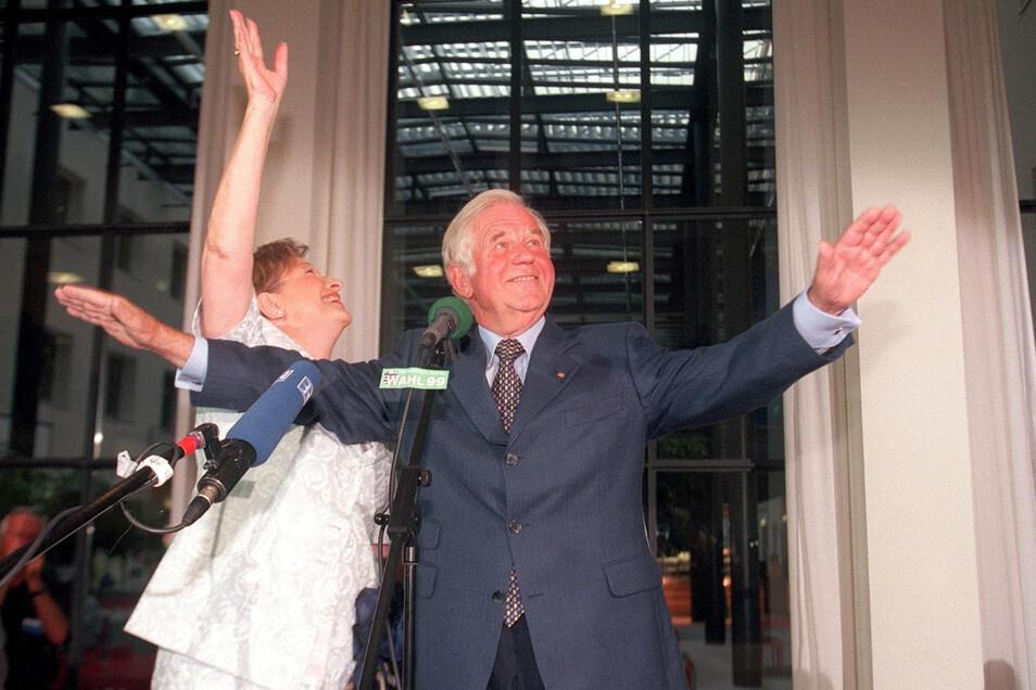 Nach dem Wahlsieg perfekt: Der triumphale Einzug des alten und neuen Ministerpräsidenten Kurt. Biedenkopf mit seiner Frau Ingrid in den sächsischen Landtag.