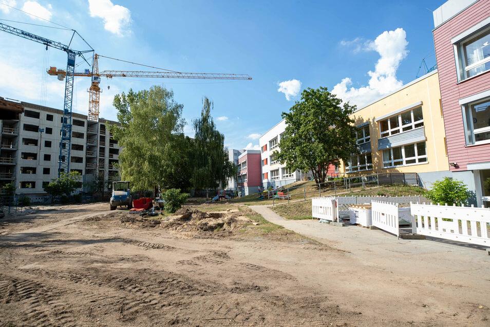 Der zweite Spielplatz, die zweite Baustelle: In unmittelbarer Nachbarschaft der Kita wird für das Betreute Wohnen Sonnenhof II ein Wohnblock entkernt.