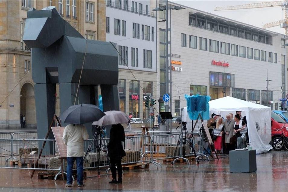 Ein kleines Zelt bot den potenziellen Rednern ein wenig Schutz vor dem Regen.