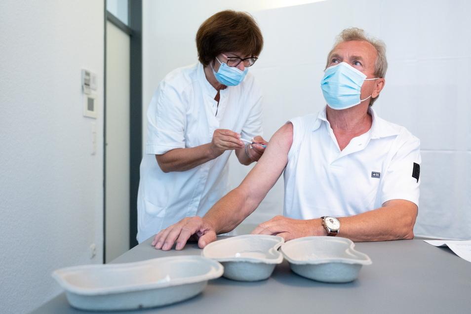 Peter Rosemann hat sich am Mittwoch bei der Landesärztekammer an der Stauffenbergallee von Ärztin Petra Albrecht mit dem Corona-Vakzin von Astrazeneca impfen lassen.