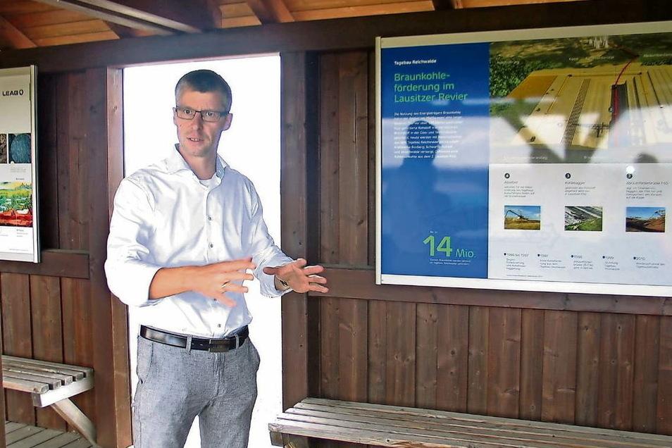 Tagebauleiter Henrik Ansorge erläutert die spannenden geologischen Vorgänge zur Entstehung der Braunkohle im 2. Lausitzer Flöz.