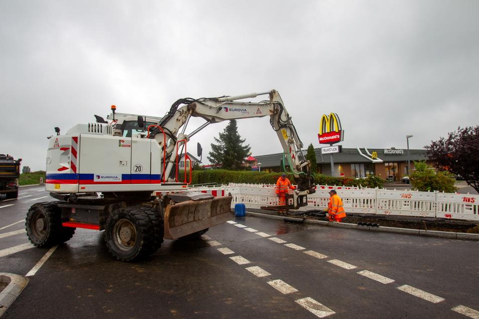Hier verlegen die Bauleute im Kreuzungsbereich an der B 170 Richtung McDonald und Gewerbegebiet gerade Leerrohre.