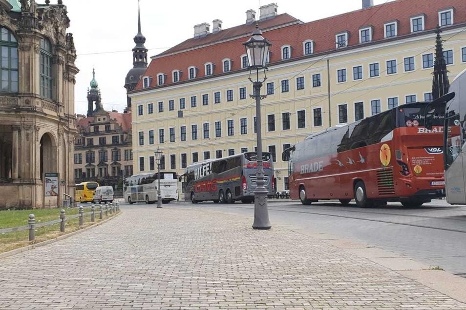 Mitten durch die Dresdner Altstadt: Die Busse fuhren zuvor vorbei am Zwinger und der Semperoper zum Landtag.