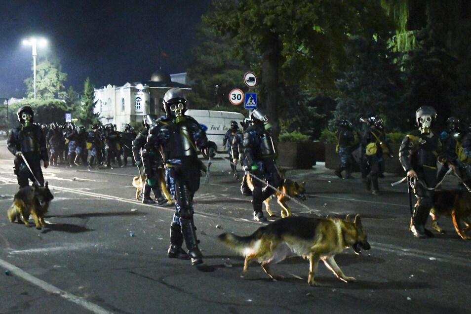 Nach einer umstrittenen Parlamentswahl ist es in Kirgistan zu Auseinandersetzungen mit der Polizei gekommen.