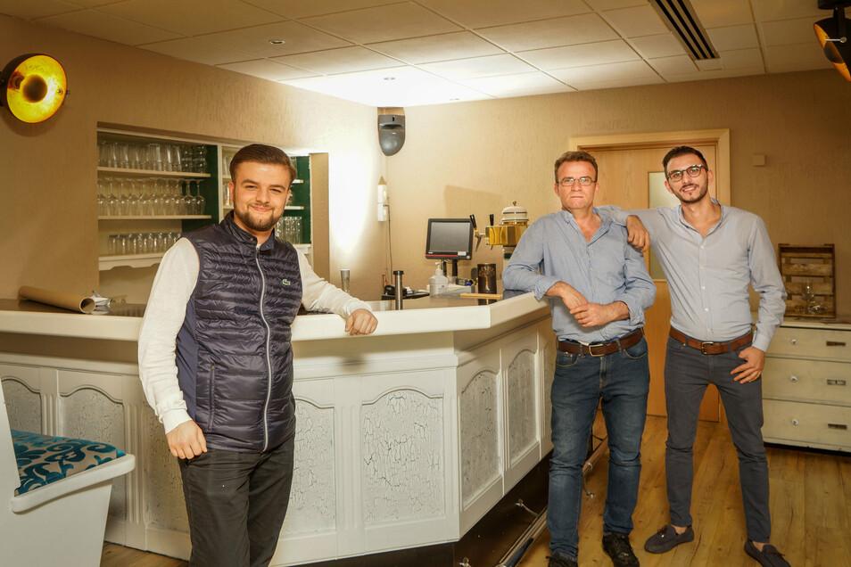 Vito Mamuti (r.) führt künftig das Restaurant in der Blauen Kugel in Cunewalde, das sein Onkel Vahid Mamuti (M.) übernommen hat. Dabei kann er auch auf die Erfahrungen von Giovanni Ibrahimi (l.) bauen, der ein Restaurant in Rammenau leitet.