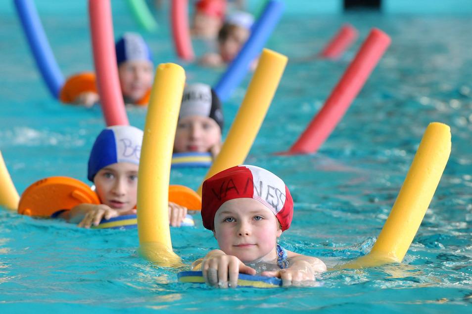 Zehn Schulen aus dem Süden des Landkreises nutzen die Schwimmhalle Hirschfelde für den Schwimmunterricht.