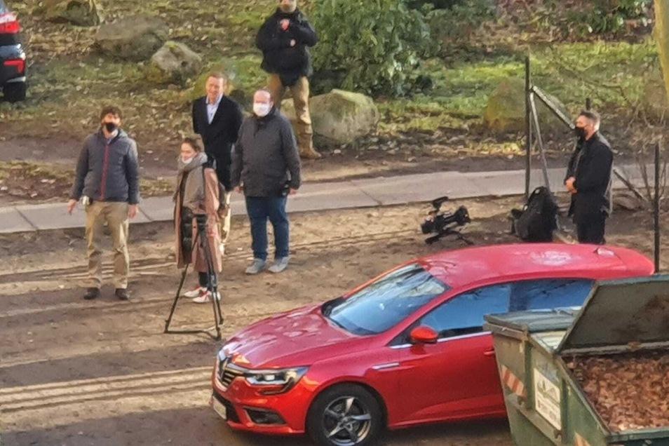 Ein Kamerateam begleitet Nawalny (schwarze Jacke, Mitte) bei seinem Besuch.