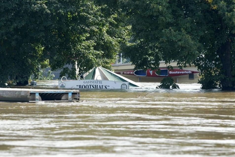 Meterhoch stand das Wasser im August 2002 – nicht nur am Bootshaus nahe der Elbe. Elf Jahre später hatten Helfer wie Stadtverwaltung ihre Lehren aus der Flut gezogen.
