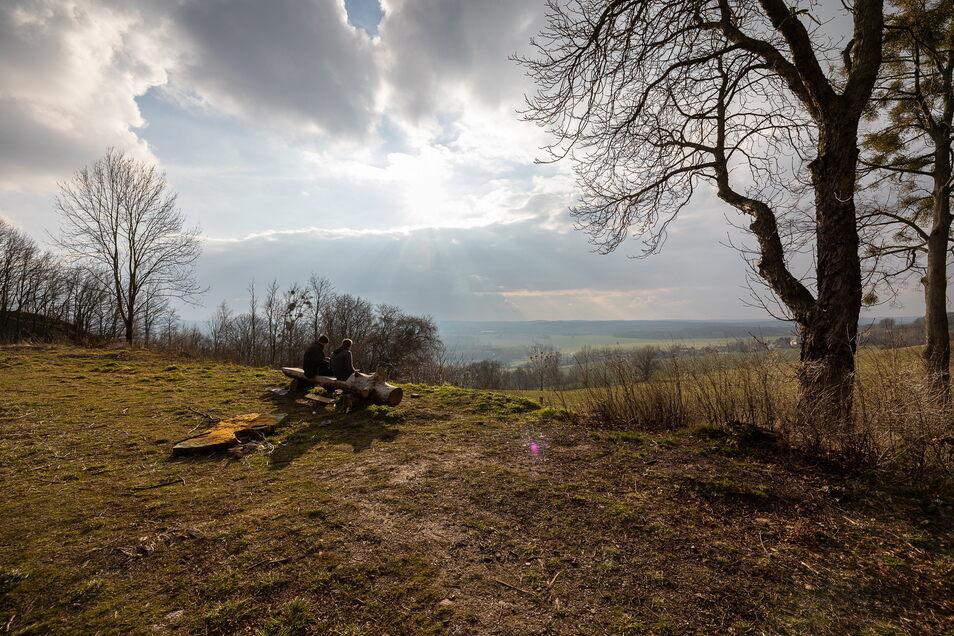 Diesen Blick auf den Erzgebirgskamm und dessen Vorland hat man von der Wilisch-Baude aus.