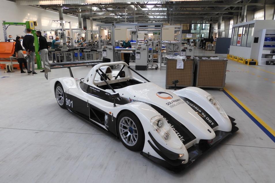 Ausstellungsstück in der Dresdner Halle für die Stromspeicher-Produktion: Diesen Rennwagen hat die Vorgängerfirma der Solarwatt Innovation, E-Wolf, auf Elektroantrieb umgestellt