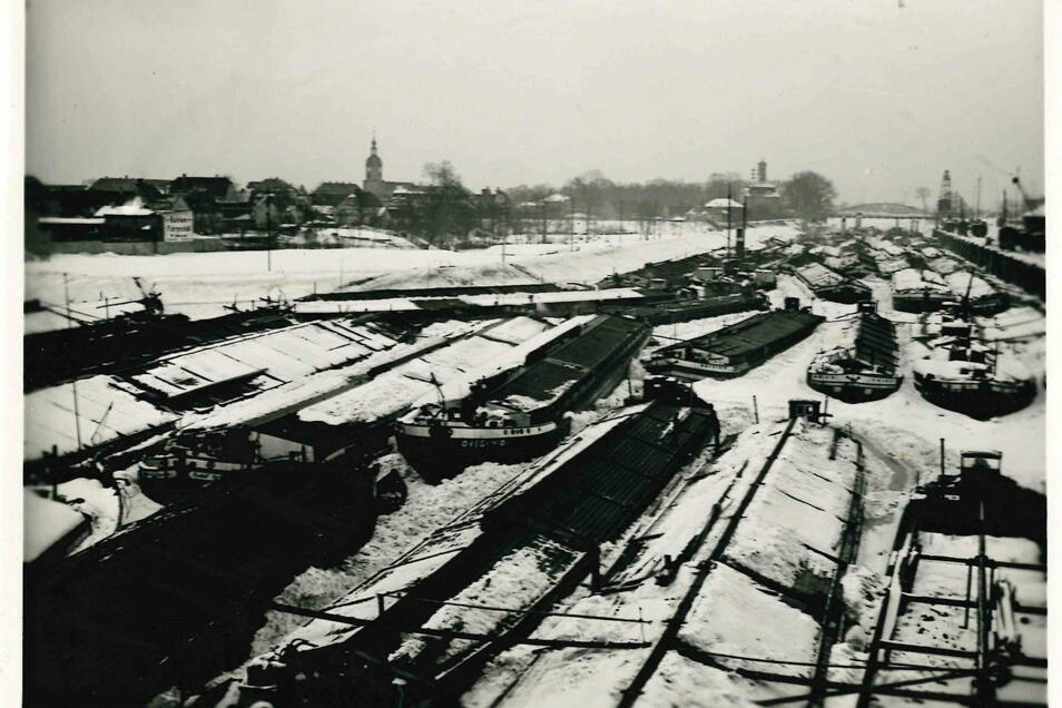Der winterliche Hafen im Jahr 1929. Das Becken in Gröba wurde 1889 eingeweiht. Nur zehn Jahre später folgte die erste Erweiterung.