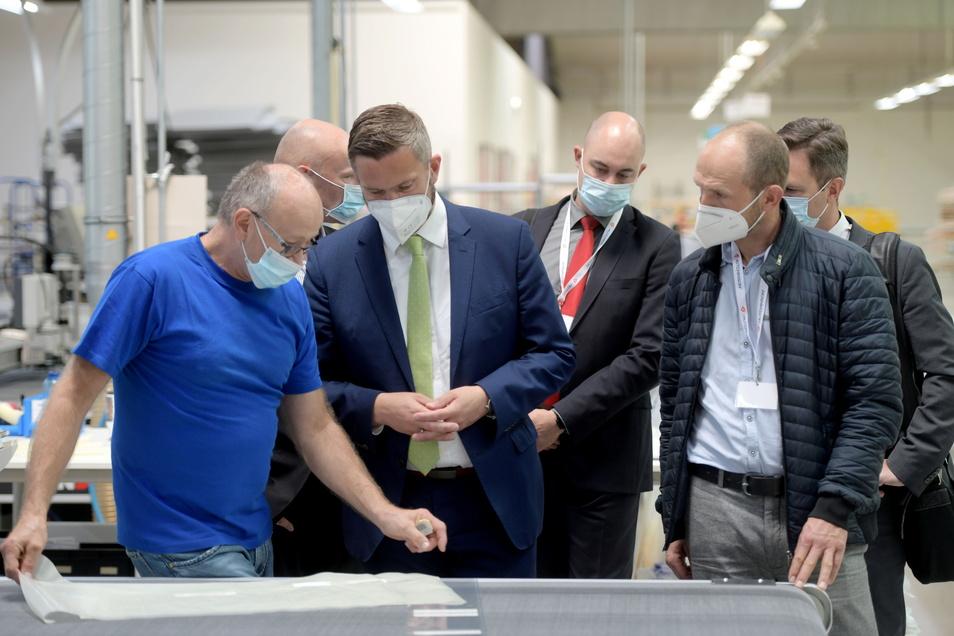 Bei Olutex in Seifhennersdorf sprach Wirtschaftsminister Martin Dulig (2.v.r.) in der Produktion mit Mitarbeitern.