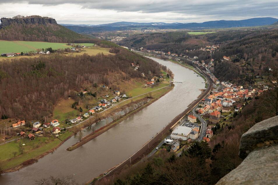 Die Elbe trennt Königstein (hier re.) und den Ortsteil Halbestadt (li.). Das sorgt bei der Feuerwehr für Probleme.