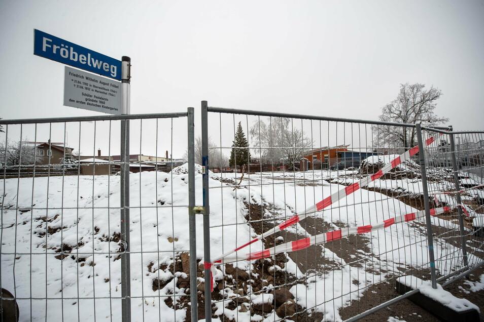 An dieser Stelle soll in Kesselsdorf ein Trimm-Dich- Pfad entstehen. Derzeit ist das Areal noch mit mehreren Bauzäunen abgesperrt.