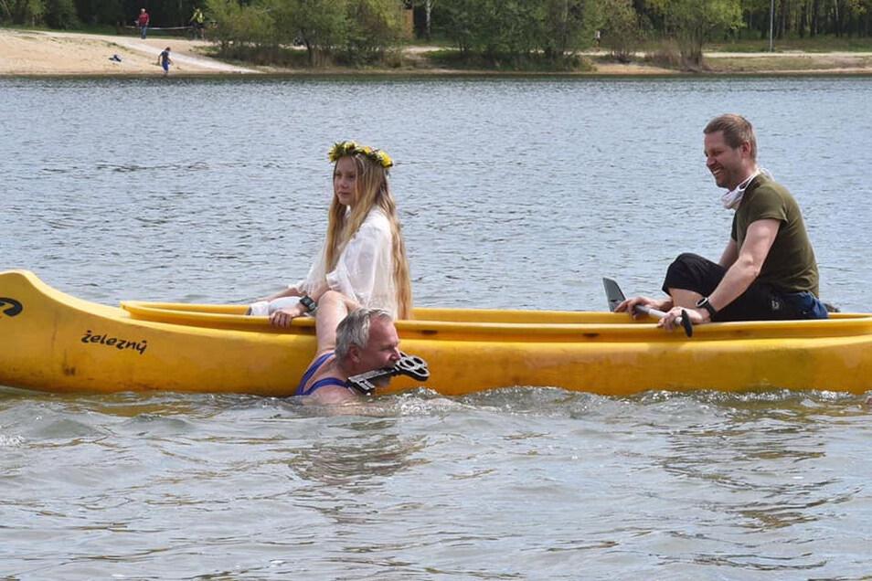 Der Hradeker Bürgermeister hat das Schloss zum Krystina-Areal am Boden des Sees aufgeschlossen und damit die Saison eröffnet.
