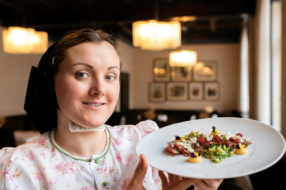 Im sorbischen Restaurant Wjelbik serviert Chefin Monika Lukasch rosa gebratenes und leicht mariniertes Roastbeef mit Senfei und Gurkensalsa.