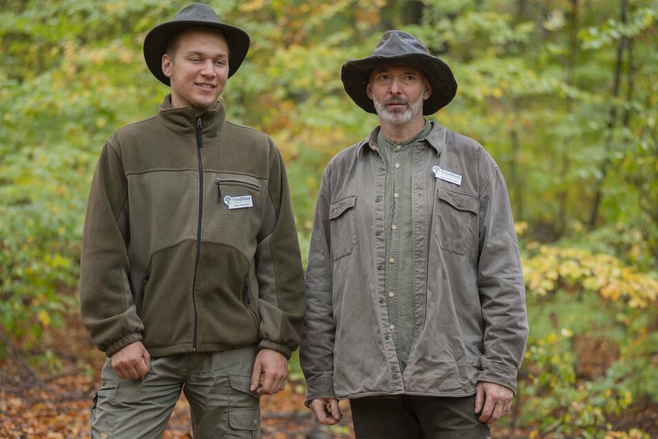 Friedwald-Förster André Ransch (r.) und sein Sohn Paul, der Miterbauer des Andachtsraumes. Die Friedwald-Förster bieten Führungen an und helfen Interessenten bei der Auswahl eines Baumes.