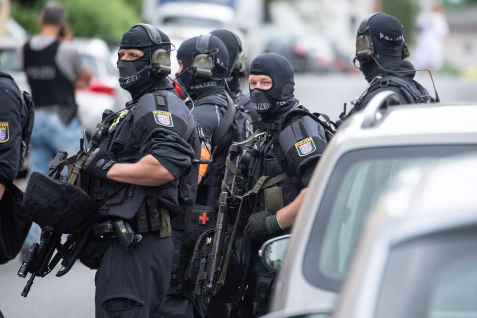 Schwer bewaffnete Polizisten sichern eine Straße in Frankfurt. Zuvor waren dort Schüsse gefallen.