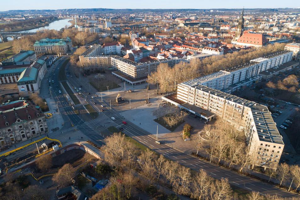 Links und rechts des Goldenen Reiters sah der Siegerentwurf neue Häuser vor. Diese werden nun nicht gebaut. Stattdessen soll der Neustädter Markt als Freiraum aufgewertet werden, wo auch Veranstaltungen stattfinden können.