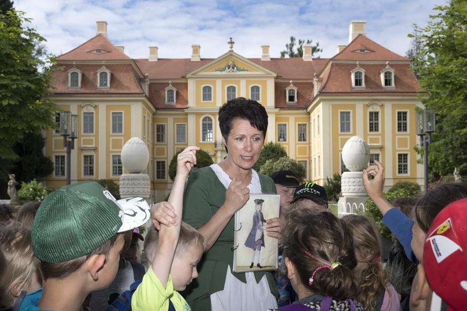 Schloss-Mitarbeiterin Ramona Hänchen führt seit Jahren Kindergruppen durch die Rammenauer Landbarockanlage. Auch in diesem Sommer gibt es für Mädchen und Jungen abwechslungsreiche Angebote.