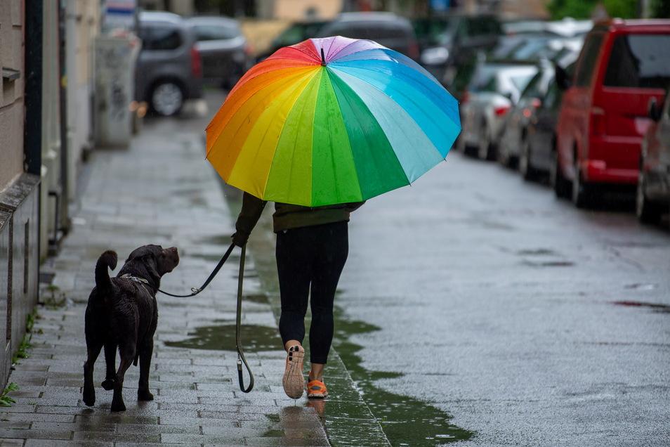 Wer am Wochenende unterwegs ist, sollte einen Regenschirm dabei haben.