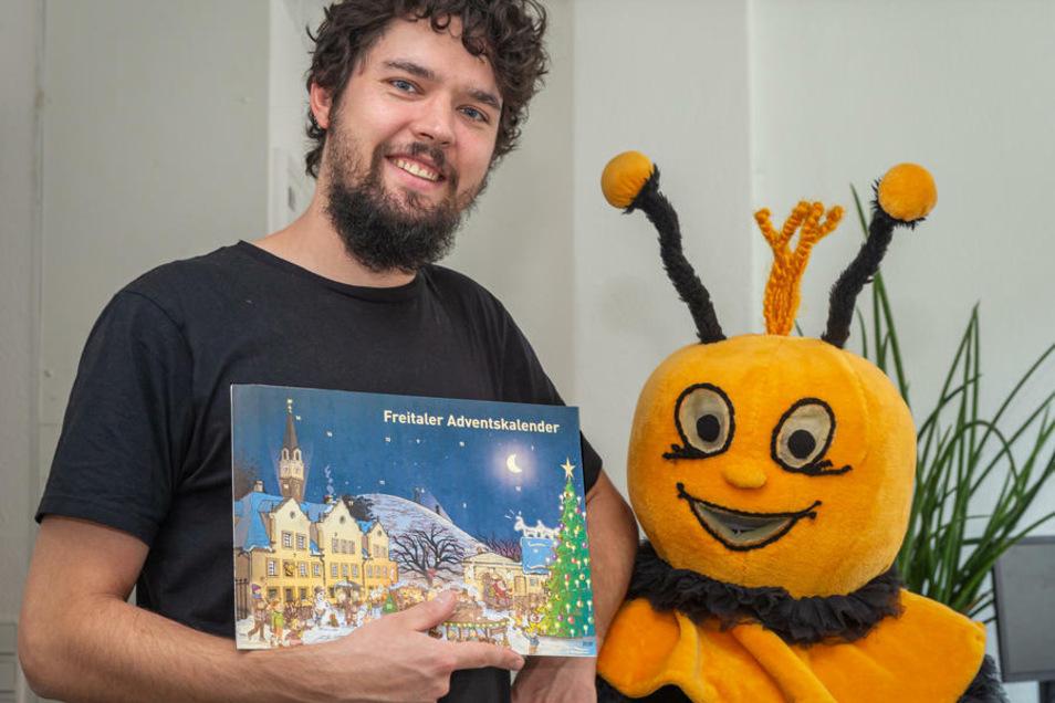 Künstler Pascal Brettschneider und das Maskottchen Carli zeigen den neuen Freitaler Adventskalender.
