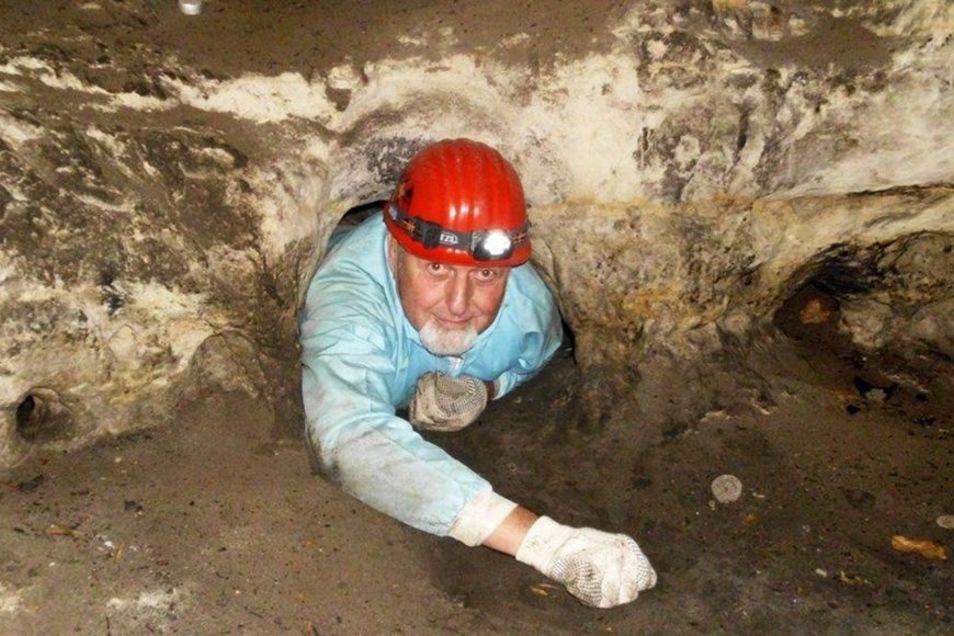 Hinter jedem Loch kann das nächste Naturwunder lauern. Hier kriecht Roland Winkelhöfer durch die Teufelshöhle unter der Festung Königstein.